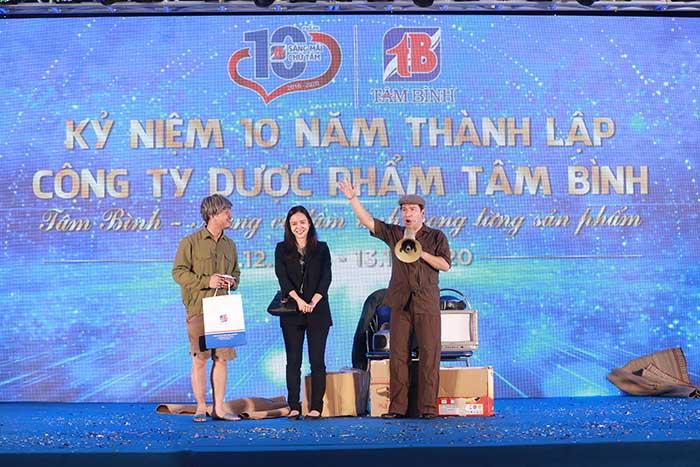 NSƯT Quang Thắng và các nghệ sĩ biểu diễn trong buổi lễ