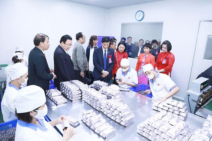 Đoàn khách tham quan nhà máy GMP Tâm Bình