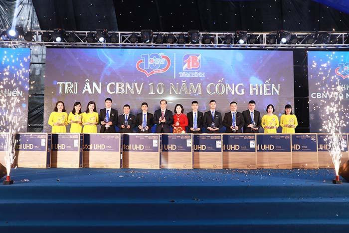 TGĐ Lê Thị Bình và Phó TGĐ Nguyễn Thế Hùng trao quà tri ân cho cán bộ, nhân viên thâm niên của Công ty