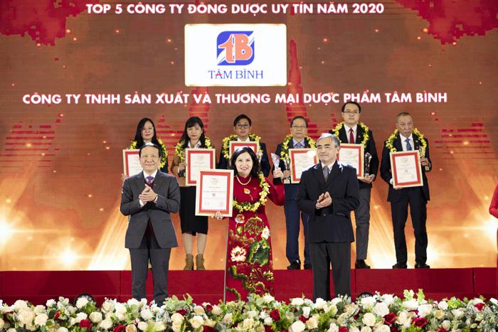 Tổng Giám đốc nhận giải Top 5 Công ty Đông dược Việt Nam uy tín 2020