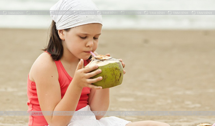 Trẻ em bị tiêu chảy nên uống nước dừa
