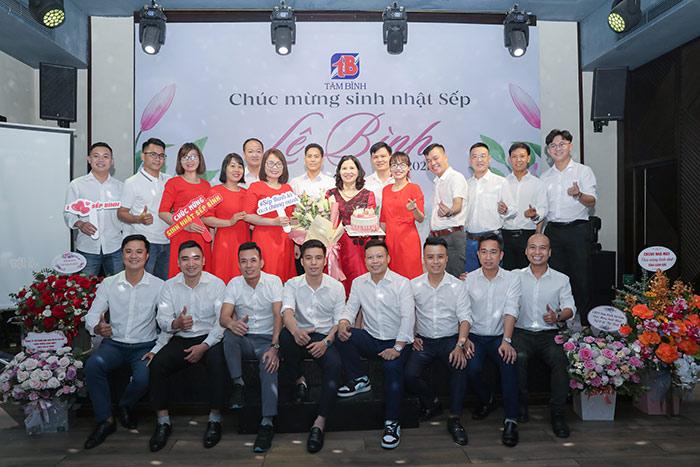 Chụp ảnh kỷ niệm sinh nhật Tổng giám đốc Lê Thị Bình