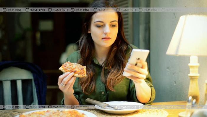 Phân tâm trong khi ăn gây đói bụng liên tục